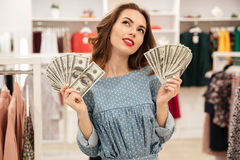 Donna con i fan di sogno dei soldi Fotografia Stock