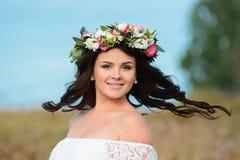 Donna con i fiori in capelli fotografia stock libera da diritti