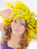 Donna con i fiori della corona Fotografie Stock Libere da Diritti