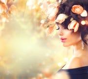 Donna con i fiori della magnolia in suoi capelli fotografia stock libera da diritti