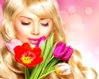 Donna con i fiori della primavera fotografie stock