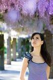 Donna con i fiori di glicine. Sorgente Fotografie Stock Libere da Diritti