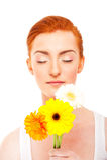 Donna con i fiori e i eye'ss chiusi Immagini Stock