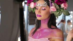 Donna con i fiori ed il trucco luminoso archivi video