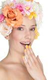 Donna con i fiori sopra capelli Fotografia Stock