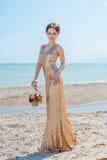Donna con i fiori sul mare Fotografia Stock Libera da Diritti