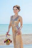 Donna con i fiori sul mare Fotografie Stock