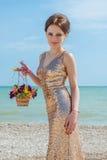Donna con i fiori sul mare Fotografia Stock