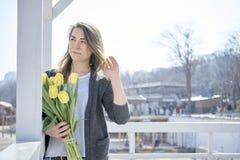 Donna con i fiori vicino alla riva di mare fotografia stock libera da diritti