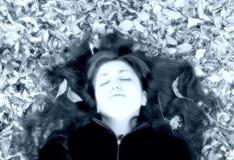 donna con i fogli in suoi capelli Immagine Stock