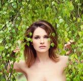 Donna con i fogli verdi Stazione termale e concetto di sauna Fotografia Stock