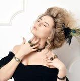 Donna con i grandi anelli di oro del pendente della perla della collana antica d'annata dei gioielli e posa d'argento del vestito immagine stock libera da diritti