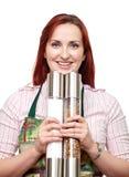 Donna con i grandi laminatoi di pepe e del sale Fotografia Stock