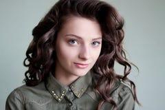 Donna con i grandi riccioli dei capelli immagine stock libera da diritti