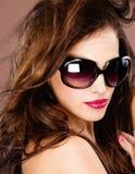 Donna con i grandi vetri di sole neri Fotografia Stock