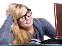 Donna con i grandi vetri e calcolatore in ufficio Fotografie Stock