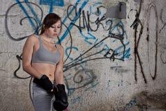 Donna con i guanti del pugile Fotografie Stock Libere da Diritti