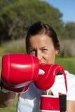 Donna con i guanti di inscatolamento Immagini Stock Libere da Diritti