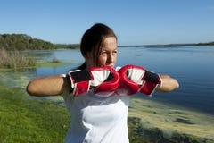 Donna con i guanti di inscatolamento Immagini Stock