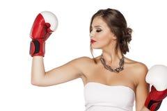 Donna con i guanti di inscatolamento fotografie stock libere da diritti