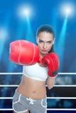 Donna con i guanti di inscatolamento Fotografia Stock