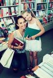 Donna con i libri d'acquisto della ragazza Fotografia Stock