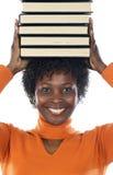 Donna con i libri sulla sua testa Immagine Stock