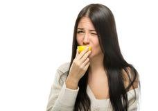Donna con i limoni fotografia stock libera da diritti