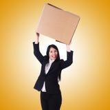 Donna con i lotti delle scatole su bianco Immagini Stock