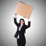 Donna con i lotti delle scatole su bianco Fotografie Stock Libere da Diritti