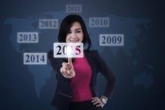 Donna con i numeri 2015 sullo schermo virtuale Immagini Stock Libere da Diritti