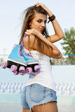 Donna con i pattini di rullo fotografia stock