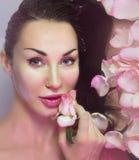 Donna con i petali di Rosa fresca ed il bocciolo di rosa rosa Wate naturale di Rosa fotografia stock libera da diritti