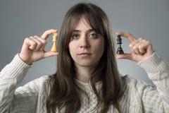 Donna con i pezzi degli scacchi fotografie stock libere da diritti