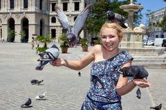 Donna con i piccioni a Avana fotografia stock