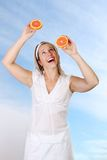 Donna con i pompelmi Fotografia Stock Libera da Diritti
