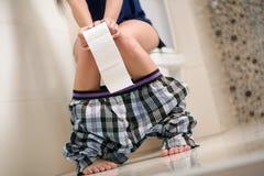 Donna con i problemi dello stomaco Fotografie Stock Libere da Diritti