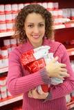 Donna con i prodotti in negozio Fotografia Stock Libera da Diritti