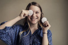 Donna con i rilievi di cotone Immagini Stock