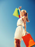 Donna con i sacchetti della spesa immagini stock libere da diritti