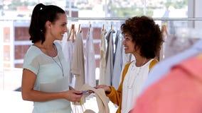 Donna con i sacchetti della spesa che parla con un amico stock footage