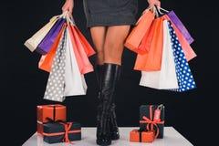 Donna con i sacchetti della spesa ed i presente Fotografia Stock Libera da Diritti
