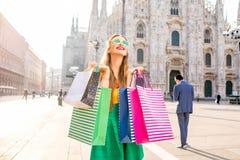 Donna con i sacchetti della spesa a Milano Fotografie Stock Libere da Diritti