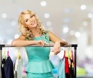 Donna con i sacchetti della spesa in negozio di vestiti Immagini Stock Libere da Diritti