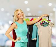 Donna con i sacchetti della spesa in negozio di vestiti Fotografia Stock