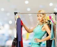 Donna con i sacchetti della spesa in negozio di vestiti Fotografie Stock
