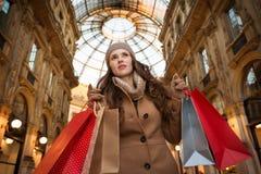 Donna con i sacchetti della spesa nella galleria Vittorio Emanuele II Immagini Stock Libere da Diritti