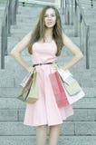 Donna con i sacchetti della spesa sui punti Fotografie Stock