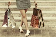 Donna con i sacchetti della spesa sui punti del centro commerciale Fotografie Stock