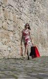 Donna con i sacchetti della spesa in una città immagini stock libere da diritti